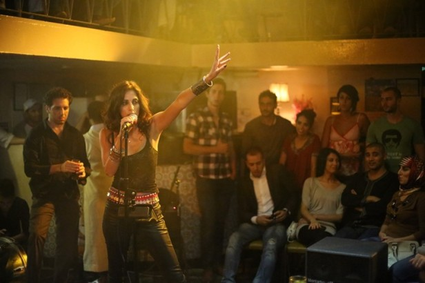 Yasmine Hamdan dans un bar à Tanger.